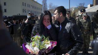 Les lieutenants Galina Volosyanchik et Ivan Benera échangent leurs vœux, sur la base aérienne de Belbek, en Crimée, le 22 mars 2014. ( IVAN SEKRETAREV / AP / SIPA)
