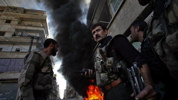 Des rebelles syriens, dans les quartiers nord d'Alep, le 13 novembre 2012. (JAVIER MANZANO / AFP)
