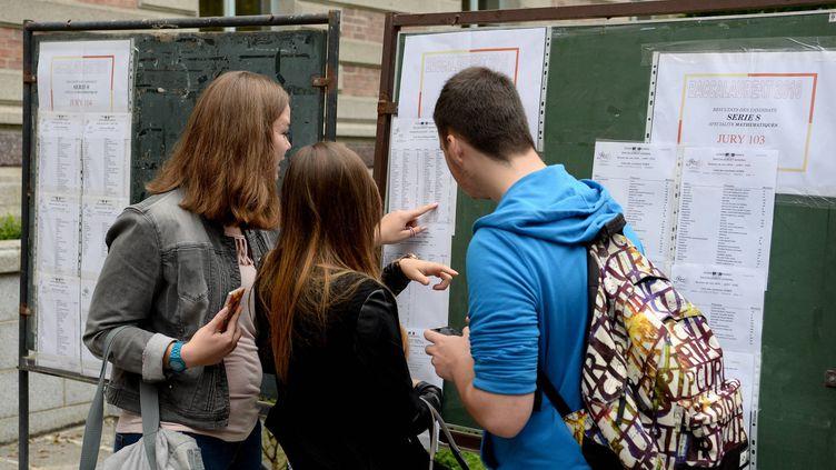 Les résultats du bac sont publiés dans un lycée de l'académie de Rennes (Ille-et-Vilaine), mardi5 juillet 2016. (MAXPPP)