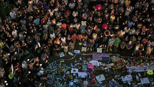 Une minute de silence a été observée devant le Centre des arts du spectacle Dr. Phillips, à Orlando (Floride), le 13 juin 2016. (BRENDAN SMIALOWSKI / AFP)