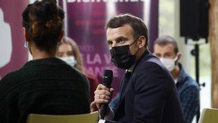 Emmanuel Macrondiscute avec des étudiants à l'université Paris-Saclay, dans l'Essonne, le 21 janvier 2021. (YOAN VALAT / POOL / AFP)