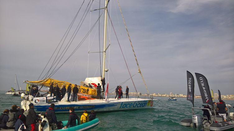 Le skipper Sébastien Destremau entre dans le chenal des Sables d'Olonne (Vendée), le 11 mars 2017. (FABIEN MAGNENOU / FRANCE INFO)