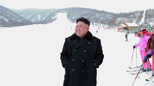 Le leader nord-coréen Kim Jong-un en bas d'une piste de la station de ski du mont Masik, sur une photo publiée le 31 décembre 2013 par l'agence officielle KCNA. (KNS / AFP)