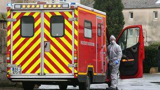 Les secours interveinnent à Crépy-en-Valois, où plusieurs personnes ont été contaminées par le Covid-19 le 2 mars 2020. (FRANCOIS NASCIMBENI / AFP)
