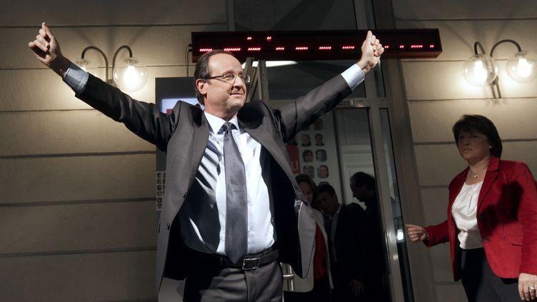 Francois Hollande, vainqueur de la primaire socialiste, et Martine Aubry sur le péron du siège du PS à Paris, le 16 octobre 2011. (THOMAS SAMSON/AFP PHOTO)