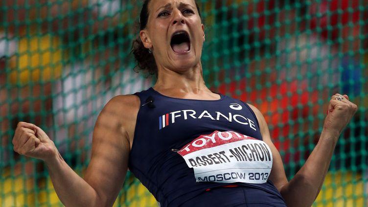 L'athlète Melina Robert-Michon célèbre sa victoire aux mondiaux d'athlétisme, le 11 août 2013. (ADRIAN DENNIS / AFP)