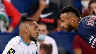 Neymar et Dimitri Payet lors d'un match de Ligue 1 opposant le PSG à l'OM, le 13 septembre 2020 au Parc des Princes, à Paris. (FRANCK FIFE / AFP)