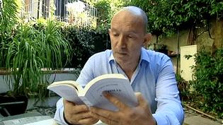 L'écrivain Laurent Mauvignier chez lui à Toulouse  (France 3 / Culturebox)
