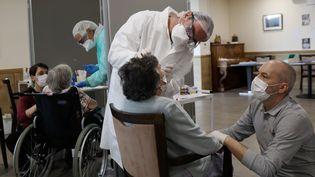 Des dépistages du coronavirus sont effectués sur des résidents d'un Ehpad, à La Garenne-Colombes (Hauts-de-Seine), le 31 mars 2020. (GUILLAUME GEORGES / MAXPPP)