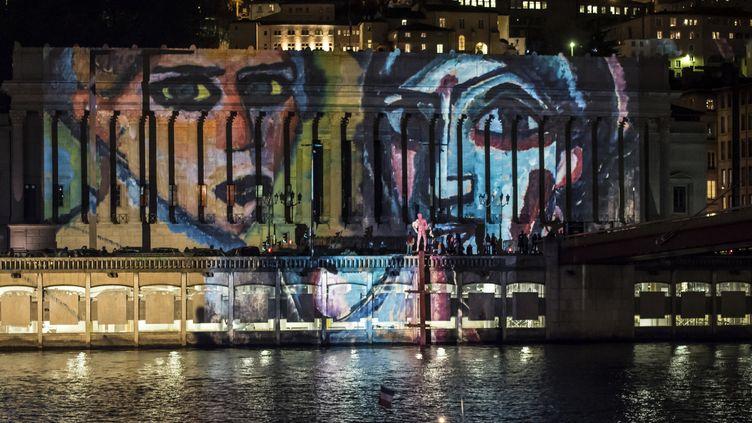 """Fête des Lumières 2015 : """"Regards"""" de Daniel Kniper en hommage aux victimes des attentats du 13 novembre  (JEAN-PHILIPPE KSIAZEK / AFP)"""