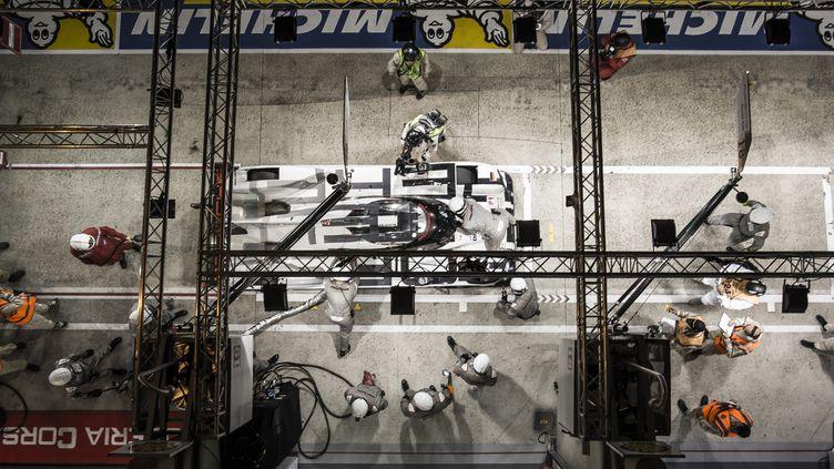 02h31 : La Porsche 919 N.19 en plein ravitaillement (ANTONIN GRENIER / DPPI MEDIA)