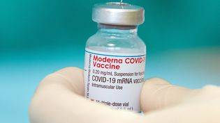 Une fiole du vaccin contre le Covid-19 produit par Moderna, le 16 avril 2021, à Bielefeld (Allemagne). (FRISO GENTSCH / DPA / AFP)