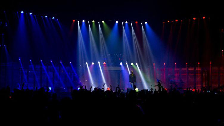 La scène de l'AccorHotels Arena lors du concert hommage aux vicitimes des attentats du 13-Novembre, en décembre 2015. (KENZO TRIBOUILLARD / AFP)