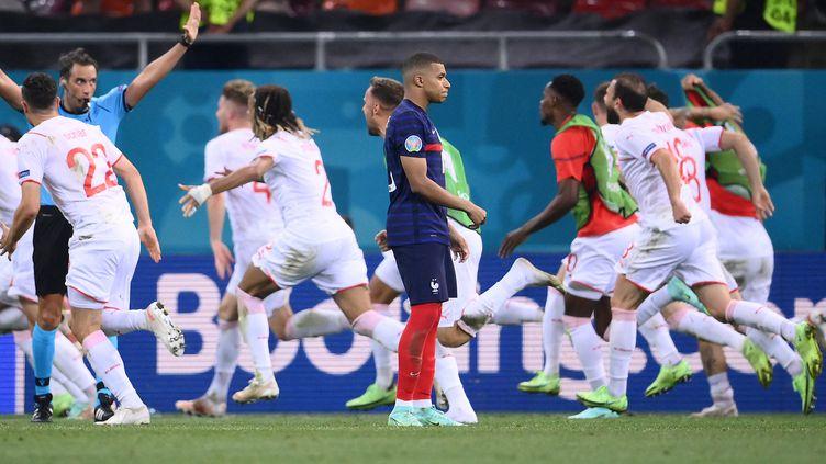 La réaction de Kylian Mbappé après son pénalty loupé lors de la séance de tirs au but décisive face à la Suisse en huitième de finale de l'Euro, le 28 juin 2021. (FRANCK FIFE / POOL / AFP)