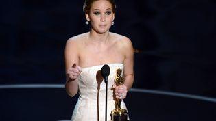"""Jennifer Lawrence a remporté l'Oscar de la meilleure actricepour son interprétation dans la comédie romantique """"Happiness Therapy"""", le 24 février 2013 à Hollywood. (ROBYN BECK / AFP)"""
