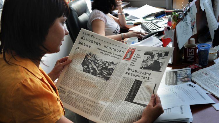 "Un journaliste du bihebdomadaire russe""Novaïa Gazeta"" tient un numéro du journal, le 6 août 2009. (VLADIMIR VYATKIN / RIA NOVOSTI / AFP)"