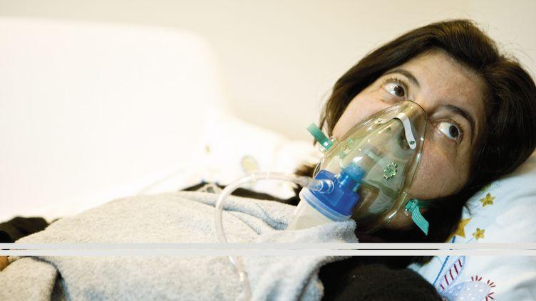 Une femme sous assistance respiratoire (photo d'illustration) (JAMES HARDY  / MAXPPP)