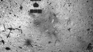 La mission Hayabusa2 survole l'astéroïde Ryugu, le 22 février 2019. (HANDOUT / NATIONAL INSTITUTE OF ADVANCED I / AFP)