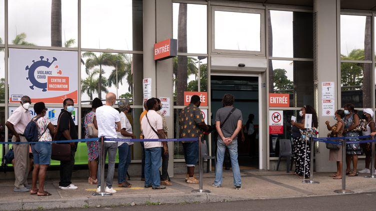 Une file d'attente devant un centre de vaccination contre le Covid-19, à Pointe-à-Pitre, en Guadeloupe, le 30 juillet 2021. (YANNICK MONDELO / AFP)