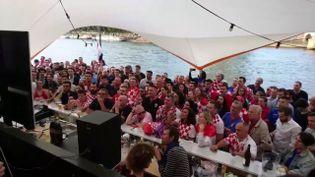 Des supporters croates à Paris, le 11 juillet 2018. Ce ponton sur la Seine estdevenu au fil des matchs la fan zone de la communauté croate. (SIMON DE FAUCOMPRET / RADIO FRANCE)