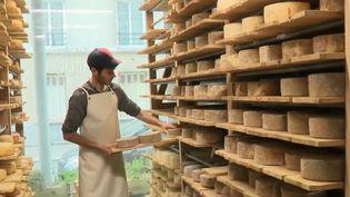 Paul Zindy dans sa fromagerie parisienne. (FRANCE 2)