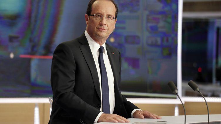 Le président de la République François Hollande sur le plateau du journal télévisé de TF1, dimanche 9 septembre à Boulogne-Billancourt (Hauts-de-Seine). (KENZO TRIBOUILLARD / AFP)