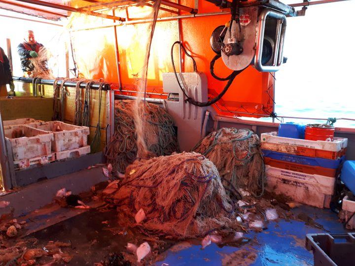 """Les filets de pêche remontés et quasiment vides sur le """"Sansesia"""", le 11 janvier 2018. (FARIDA NOUAR / RADIO FRANCE)"""
