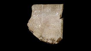 """Tablette gravée d'inscriptionq en cuneiforme dite """"Tablette du déluge (Flood)"""" relatant les exploits (épopée) du heros sumerien Gilgamesh. 7ème siecle avant JC. provenant du site de Ninive (Irak). Londres, british museum (LUISA RICCIARINI / LEEMAGE / AFP)"""
