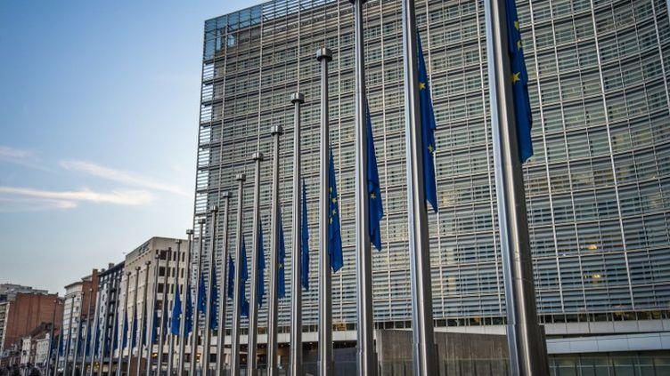 Le siège de la commission européenne à Bruxelles (les drapeaux, ce 3 novembre 2017 là, sont en berne en hommage à la journaliste maltaise Daphne Caruana Galizia, assassinée). (LAURIE DIEFFEMBACQ / BELGA)