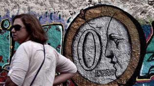 """""""Zéro euro"""". En plein coeur d'Athènes, ce street-artist représente à sa façon la crise grecque. La photo date du 27 juin 2015. (ARIS MESSINIS / AFP)"""