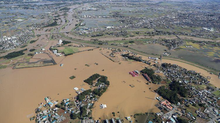 Cette vue aérienne montre la zone inondée à Kawagoe, préfecture de Saitama, le 13 octobre 2019, un jour après le passage du typhon Hagibis. (JIJI PRESS / AFP)