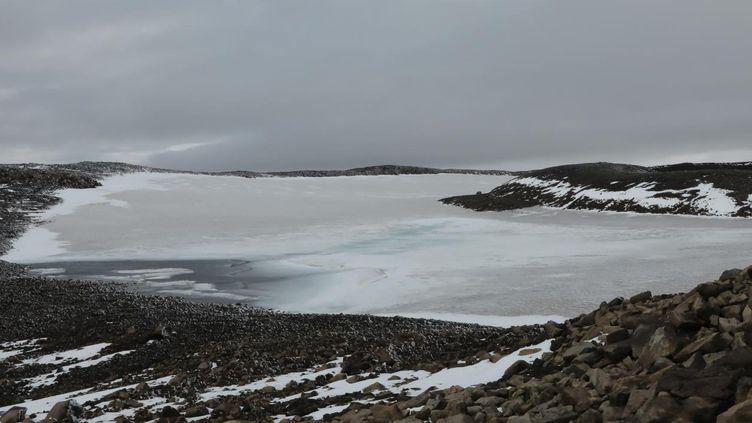 Le sommet du volcan Ok et les traces de ce qui fut autrefois un glacier, en Islande, dimanche 18 août 2019. (MARIE-ADELAÏDE SCIGACZ / FRANCE INFO)