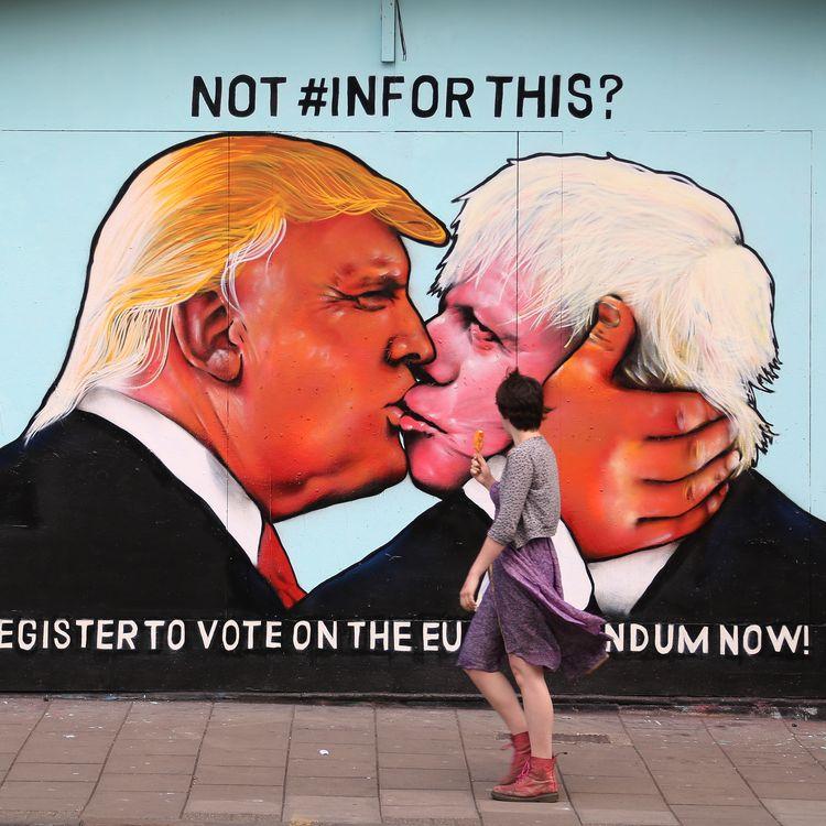 """Lors de la campagne du référendum sur le Brexit, des partisans du """"Remain"""" avaient réalisé cette fresque, prise le 24 mai 2016 à Bristol (Royaume-Uni), imaginant un rapprochement entre Donald Trump et Boris Johnson, alors leader du camp du """"Leave"""". (GEOFF CADDICK / AFP)"""