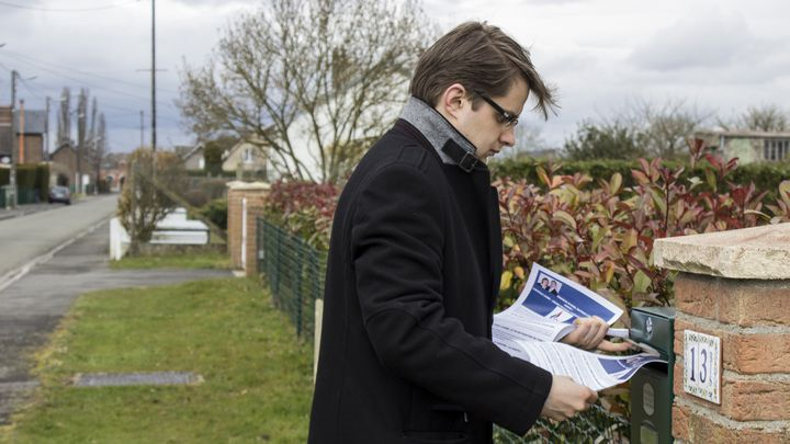Vincent Rousseau, candidat FN pour les élections départementales, délivre ses tracts dans les boîtes aux lettres à Flavy-le-Martel (Aisne), le 25 mars 2015. (MATHIEU DEHLINGER / FRANCETV INFO)