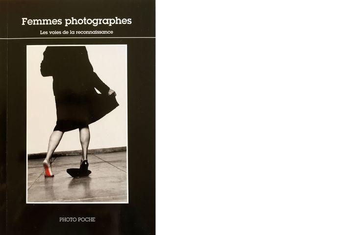 """Femmes photographes"", Photo Poche (photo de couverture Helena Almeida,Seduzir (Séduire), 2002. © Calouste Gulbenkian Museum - Modern Collection, Lisboa / José Manuel Costa Alves) (Actes Sud)"