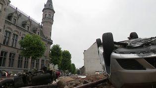 Quand l'eau se retire, elle laisse apparaître un spectacle de désolationà Verviers(Belgique)oùelle est montée jusqu'à 2 mètres de haut. (CAPTURE D'ÉCRAN FRANCE 2)