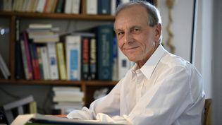 Le scientifique et homme de lettres Axel Kahn pose chez lui, à Paris, le 14 avril 2015. (ERIC FEFERBERG / AFP)