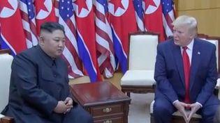 Dimanche 30 juin, Donald Trump et Kim Jong-un se sont retrouvés en Corée du Nord pour la première fois. Mais que cherchent vraiment les deux dirigeants derrière cette poignée de main hautement symbolique ? (FRANCE 2)