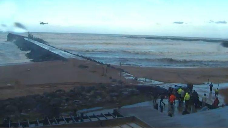 Capture d'écran de la webcam positionnée par l'office du tourisme d'Anglet (Pyrénées-Atlantiques) sur la plage des Cavaliers, où un navire s'est échoué, le 5 février 2014. (  FRANCETV INFO )