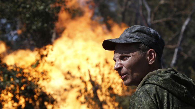 (Un séparatiste prorusse, après une explosion à Dontesk le 15 août. © REUTERS / Sergei Karpukhin)