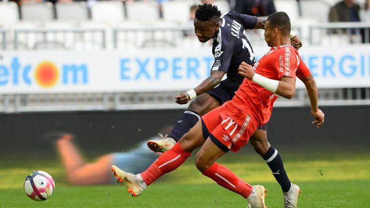 Samuel Kalu au duel avec Alexander Djiku (NICOLAS TUCAT / AFP)