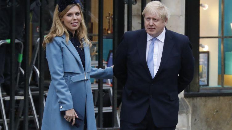 Boris Johnson et sa fiancée Carrie Symonds quittent l'abbaye de Westminster, à Londres (Royaume-Uni), le 9 mars 2020. (TOLGA AKMEN / AFP)