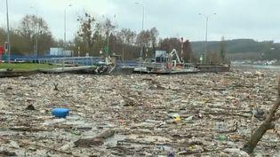 Des déchetc accumulés au barrage de Méricourt, dans les Yvelines, début février. (FRANCE 2)