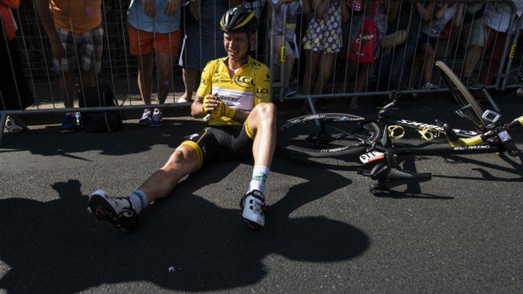 Le maillot jaune a lourdement chuté juste après la flamme rouge de la 6e étape.