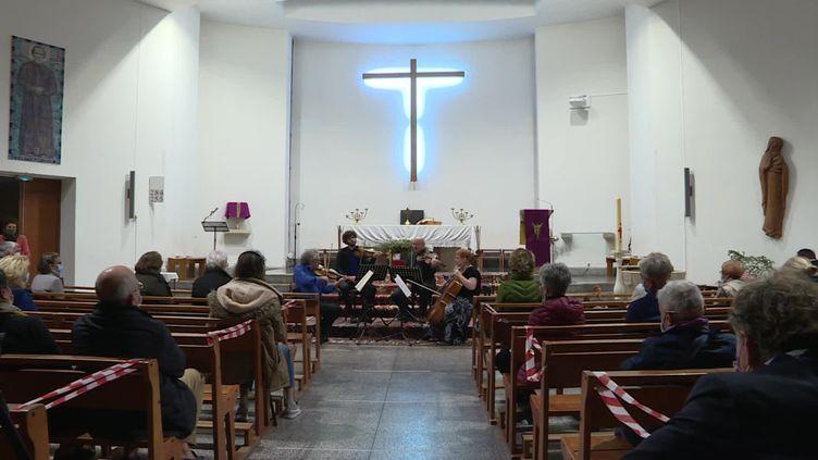 Un concert donné par un quatuor de musiciens dans l'église Saint-Jean-de-Bosco à Toulon. (FRANCEINFO)