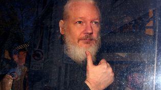 Julian Assange, le 11 avril 2019 à Londres (Royaume-uni). (HANNAH MCKAY / REUTERS)