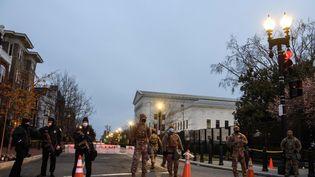 La Garde nationale et la police près du Capitole à Washington, le 16 janvier. (NICHOLAS KAMM / AFP)
