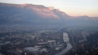 Vue de la ville de Grenoble, mardi 13 décembre 2016. (JEAN-PIERRE CLATOT / AFP)