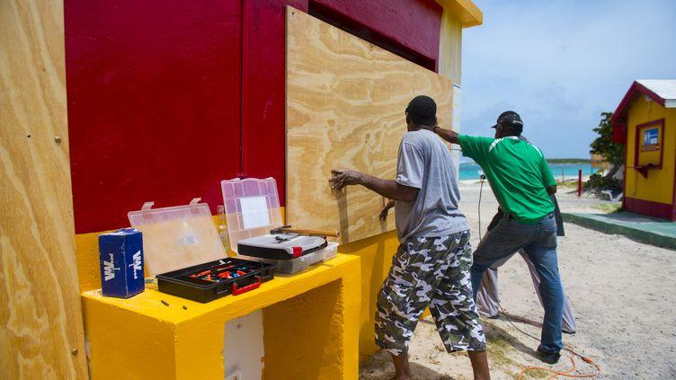 Des habitants de Saint-Martin préparent des barricades, le 5 septembre 2017, avant le passage de l'ouragan Irma. (LIONEL CHAMOISEAU / AFP)