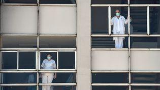 Des soignants espagnols de l'hôpital universitaire de La Corogne, en Espagne (illustration), le 26 mars 2020. (MIGUEL RIOPA / AFP)